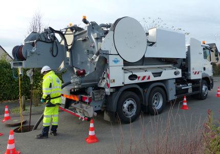 Pompage fosse septique avec camion pompe
